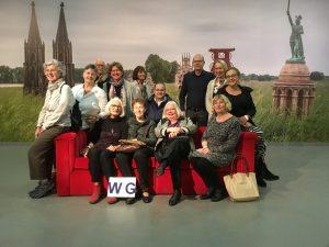 Die Wiggies auf dem roten Sofa von Horst Wackerbarth