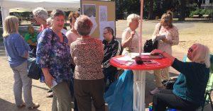 WIG-Mitglieder diskutieren auf dem Frankenplatz lebhaft über die Ulmer Höh´